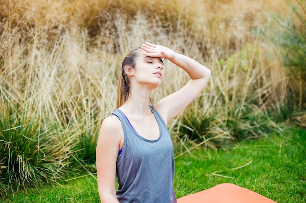 Mulher jovem, fazendo, ioga, exercício, em, parque verde