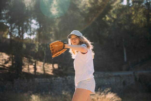 Mulher jovem, fazendo, passo baseball