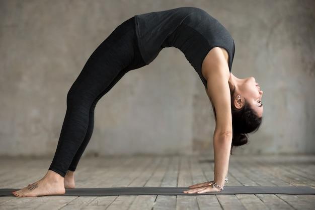 Mulher jovem, fazendo, ponte, exercício