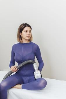 Mulher jovem fazendo procedimentos de glp em seu corpo