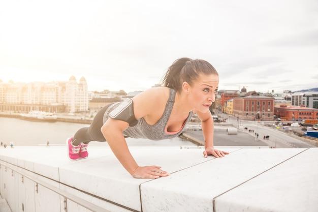 Mulher jovem, fazendo, push-ups, exercícios