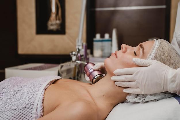 Mulher jovem fazendo tratamento cosmético no centro de bem-estar