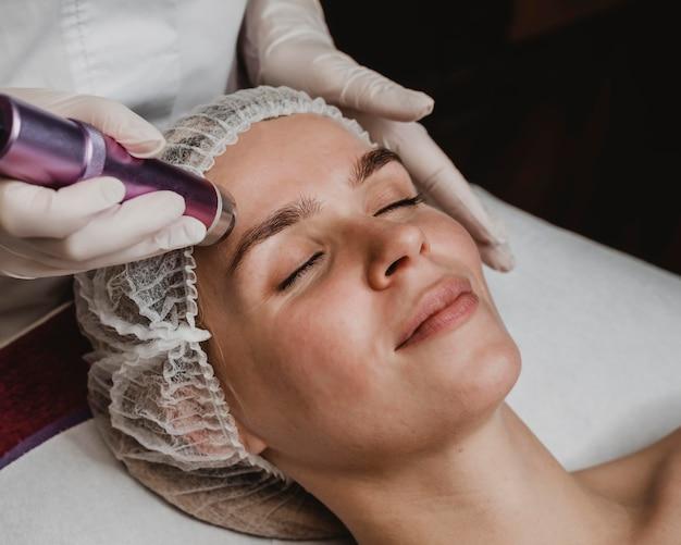 Mulher jovem fazendo um tratamento cosmético no spa