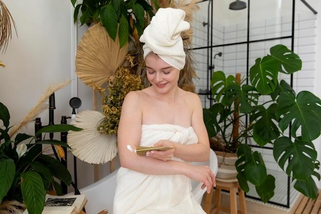 Mulher jovem fazendo um tratamento de autocuidado