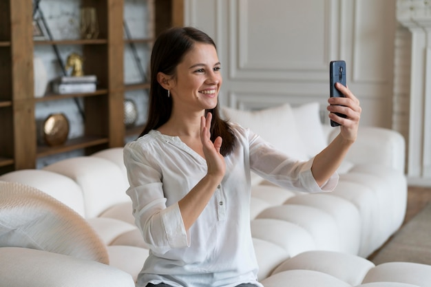 Mulher jovem fazendo uma videochamada no dispositivo