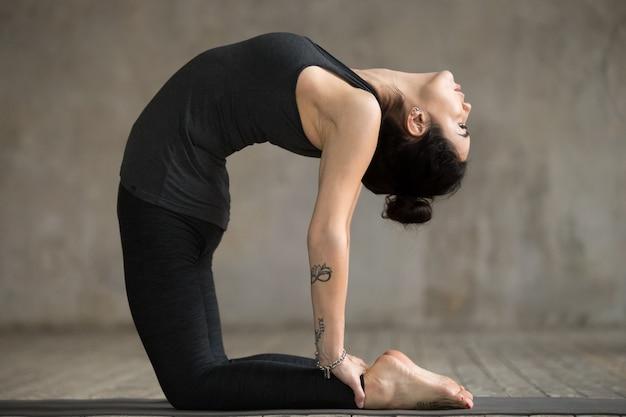 Mulher jovem, fazendo, ustrasana, exercício