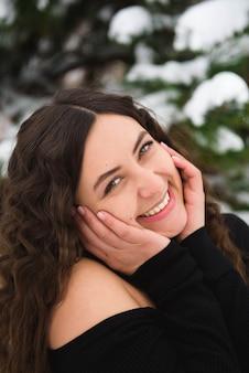 Mulher jovem feliz andando no inverno