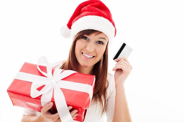 Mulher jovem feliz com caixa de presente vermelha e cartão de crédito