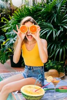 Mulher jovem feliz com laranjas Foto Premium