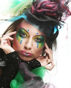 Mulher jovem feliz com rosto criativo. estilo de boneca.