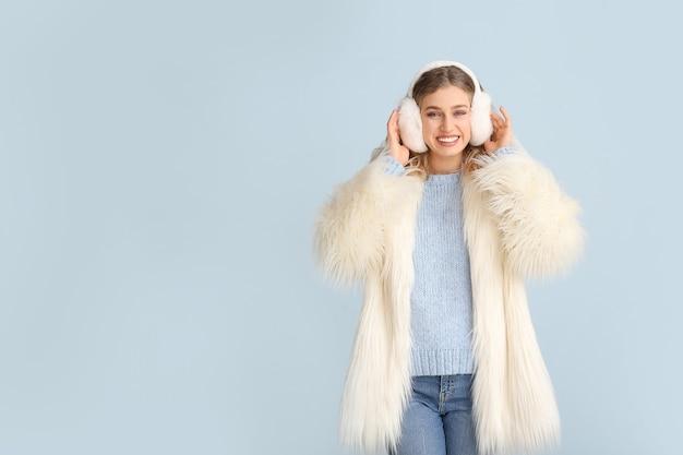Mulher jovem feliz com roupas de inverno cinza