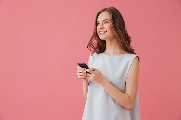 Mulher jovem feliz conversando por telefone.