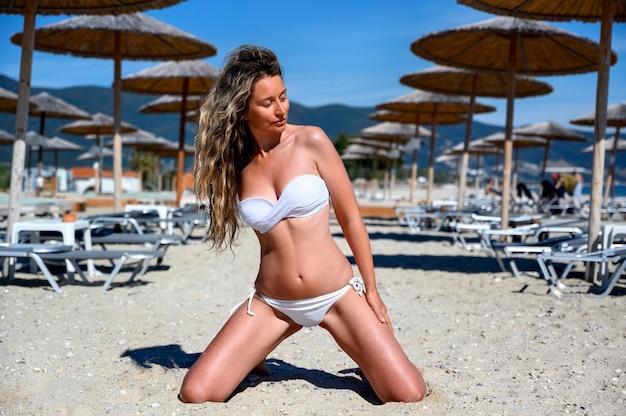 Mulher jovem feliz descansando na praia em asprovalta, grécia