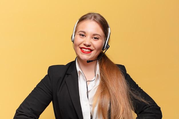 Mulher jovem. feliz e surpreso exssion. conceito de telemarketing