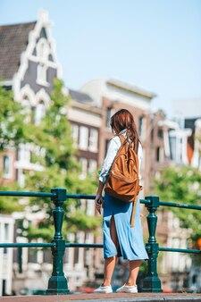 Mulher jovem feliz em cidade europeia
