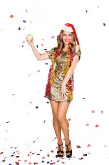 Mulher jovem feliz em um vestido de noite comemorando em um fundo branco