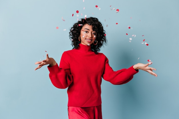 Mulher jovem feliz jogando confete