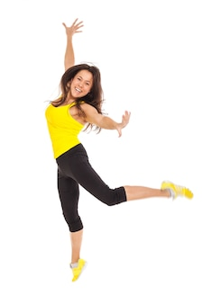 Mulher jovem feliz no desgaste de fitness