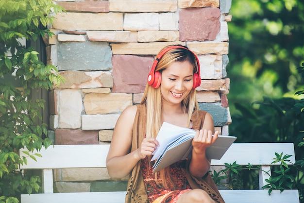 Mulher jovem feliz relaxar com ouvir música favorita no café