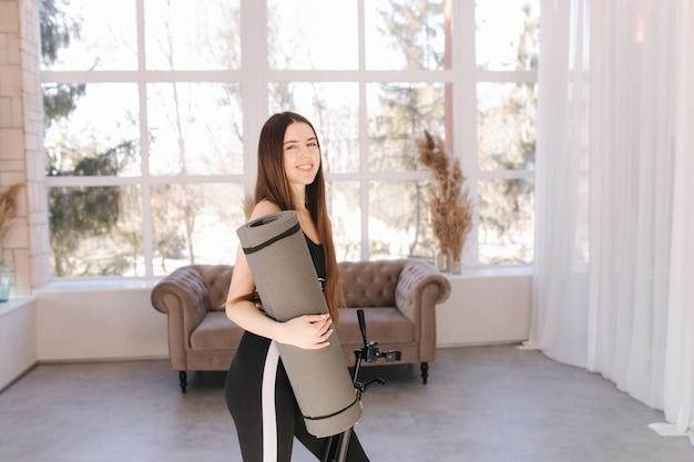 Mulher jovem feliz se preparando para o tratamento em casa. mulher atraente usar katemat fot pitales