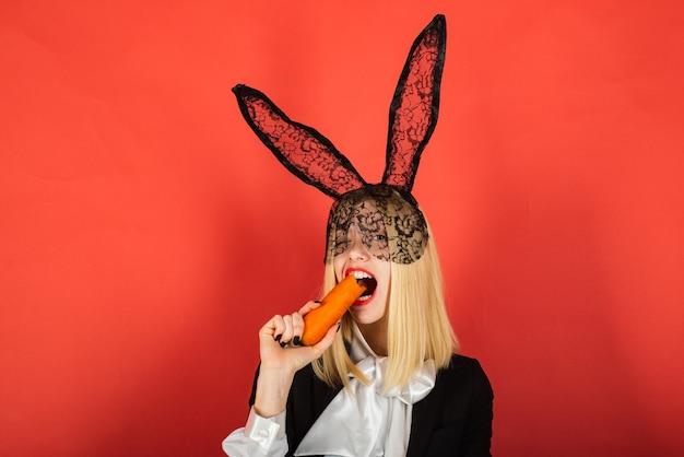 Mulher jovem feliz usando orelhas de coelho e ovos de páscoa. sorriso de páscoa.