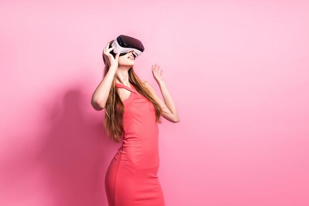 Mulher jovem feliz usando um fone de ouvido da realidade virtual