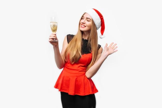 Mulher jovem feliz usando um vestido e chapéu de papai noel