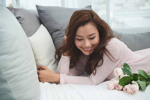 Mulher jovem feliz