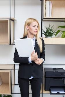 Mulher jovem, ficar, em, escritório