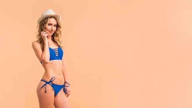 Mulher jovem, ficar, em, swimsuit