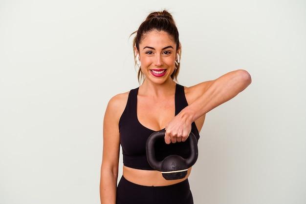 Mulher jovem fitness com halteres isolados no fundo branco