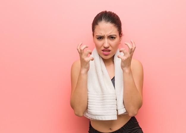 Mulher jovem fitness com raiva e chateado