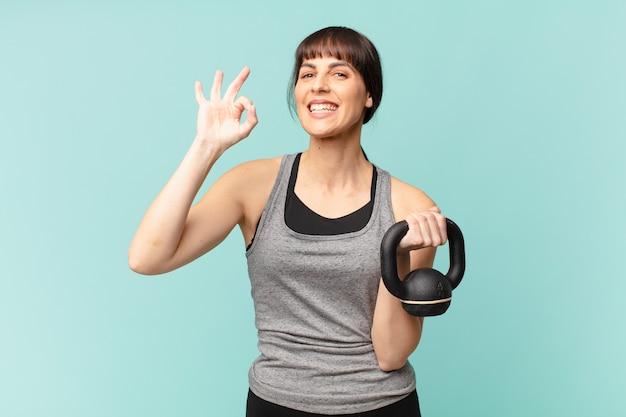 Mulher jovem fitness com um haltere