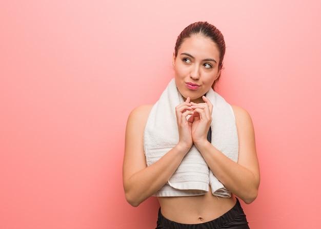 Mulher jovem fitness elaborar um plano
