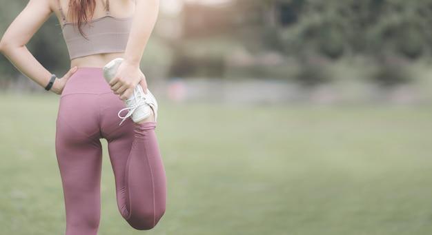 Mulher jovem fitness esticando as pernas