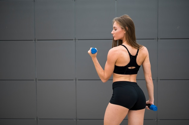 Mulher jovem fitness fazendo exercícios de esporte