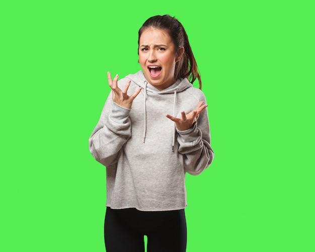 Mulher jovem fitness muito assustada e com medo