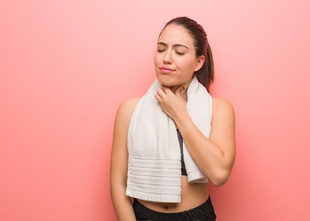 Mulher jovem fitness tosse, doente devido a um vírus ou infecção
