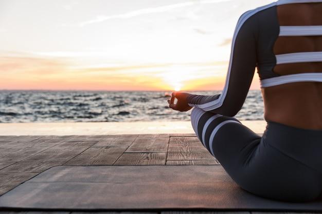 Mulher jovem forte aptidão medita