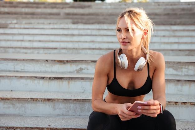 Mulher jovem forte esportes conversando por telefone