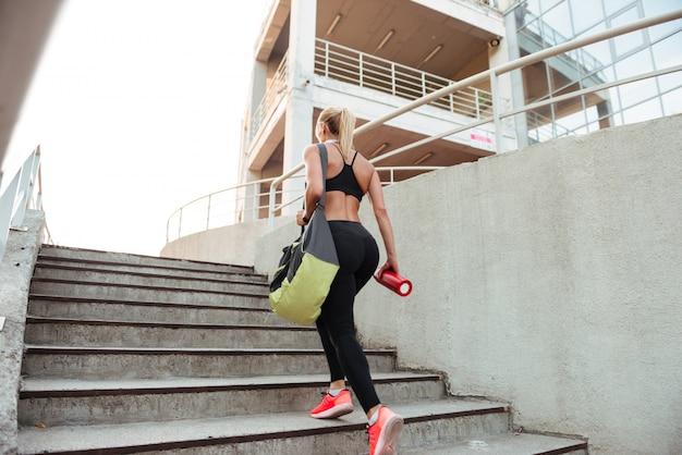 Mulher jovem forte esportes nos degraus