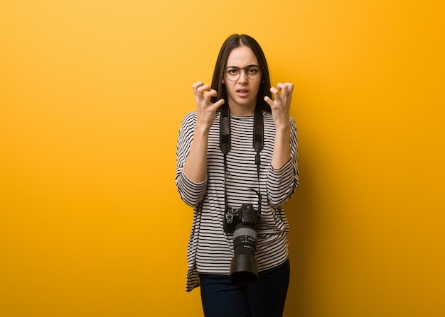 Mulher jovem fotógrafo com raiva e chateada