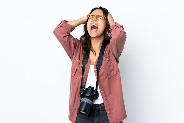 Mulher jovem fotógrafo sobre branco isolado estressado oprimido