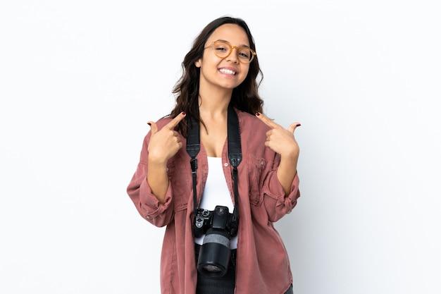 Mulher jovem fotógrafo sobre parede branca isolada, dando um polegar para cima gesto