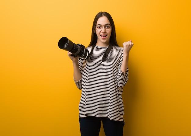Mulher jovem fotógrafo surpreso e chocado
