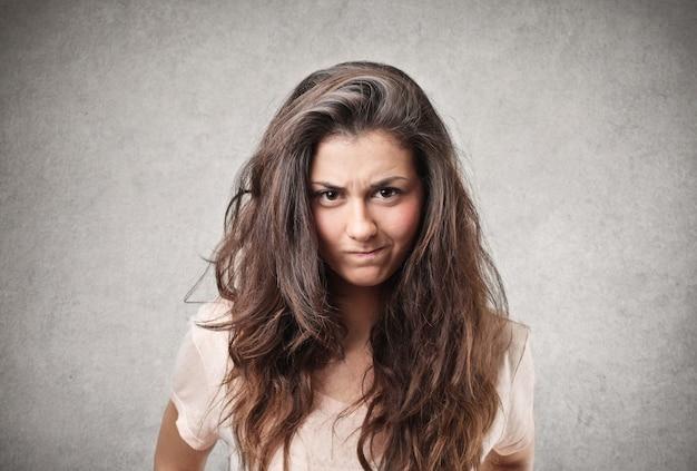 Mulher jovem furiosa