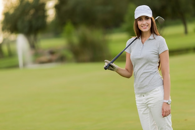 Mulher jovem, golfe jogando