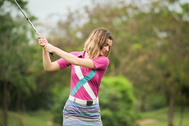 Mulher jovem, golfer, golfe jogando