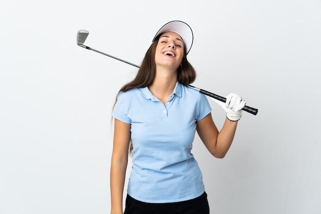 Mulher jovem golfista rindo sobre fundo branco isolado