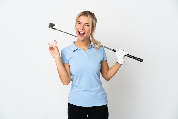 Mulher jovem golfista russa isolada no branco sorrindo e mostrando sinal de vitória